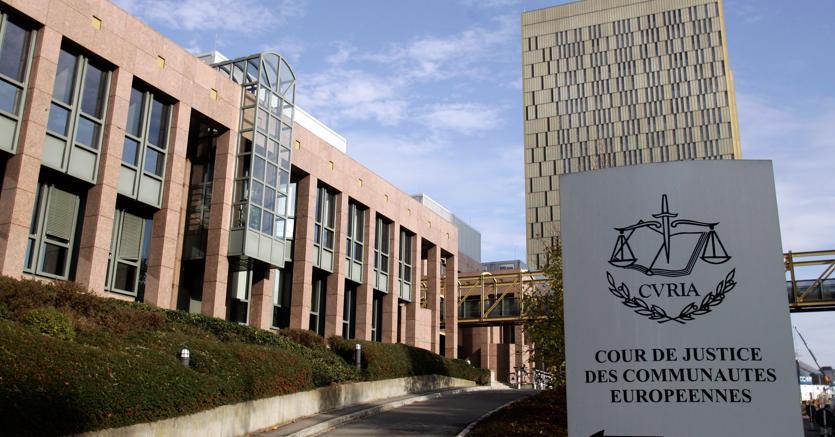 Volo cancellato, l'Avvocato Generale suggerisce «doppia competenza»  per i danni